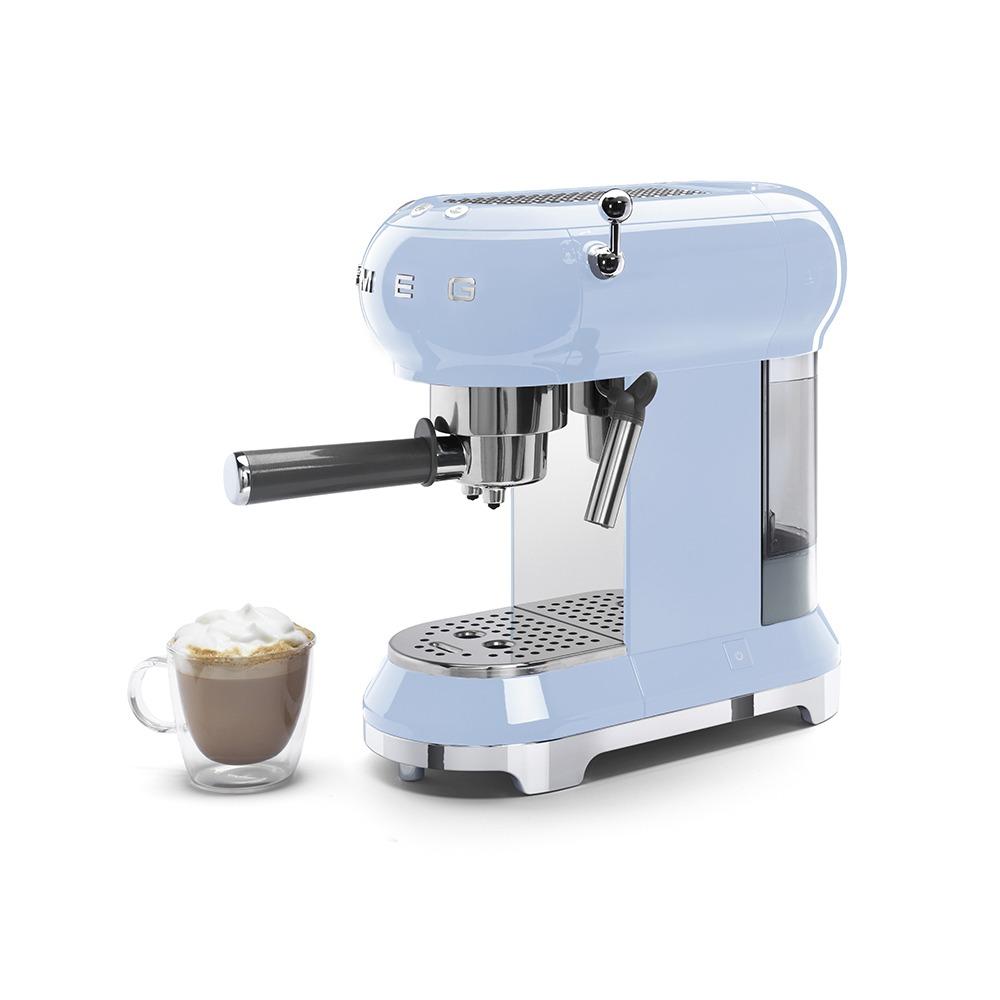 Кофеварка Smeg ECF01PBEU в интерьере - фото 2