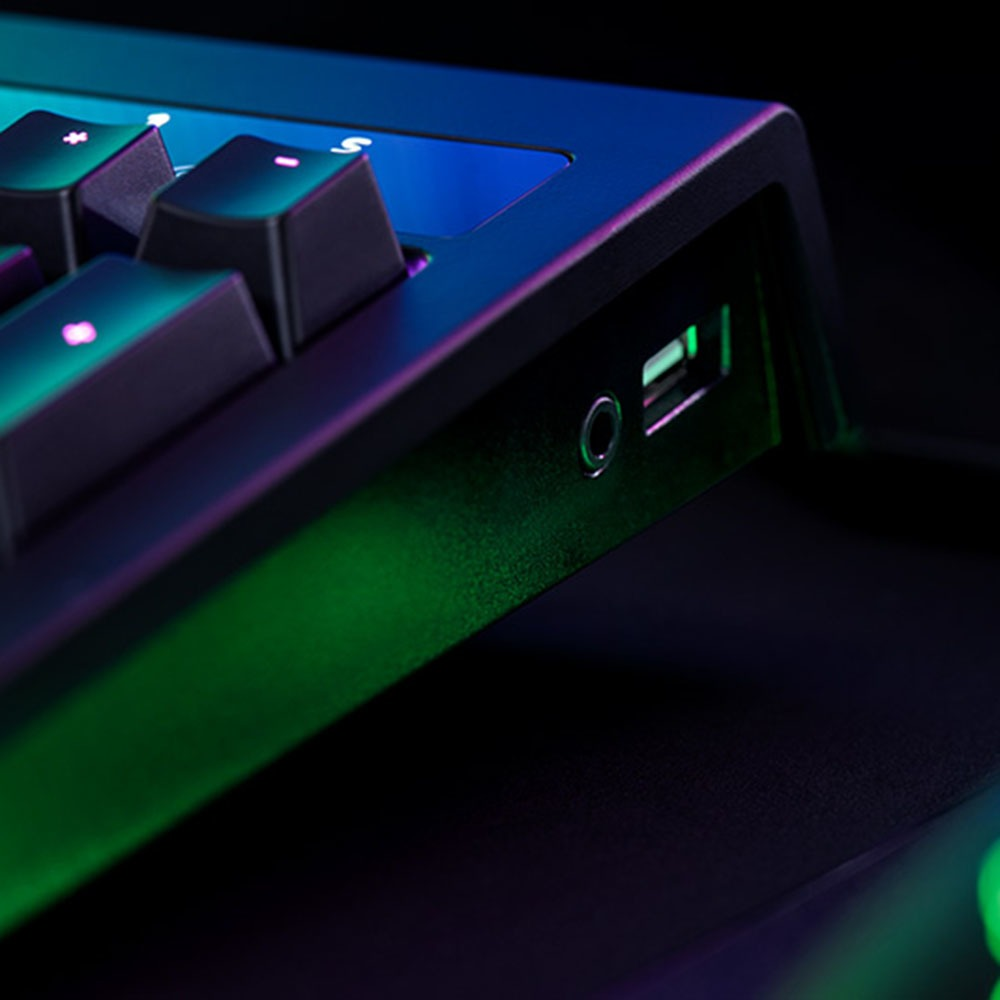 Клавиатура Razer BlackWidow Chroma V2 в интерьере - фото 2