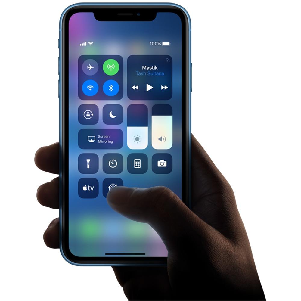 Смартфон Apple iPhone XR 128GB коралловый в интерьере - фото 5