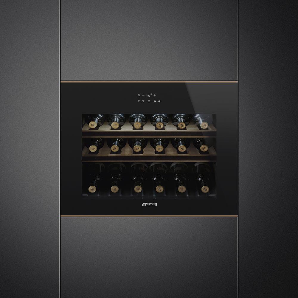Винный шкаф Smeg CVI618LWNR2 Dolce Stil Novo в интерьере - фото 1