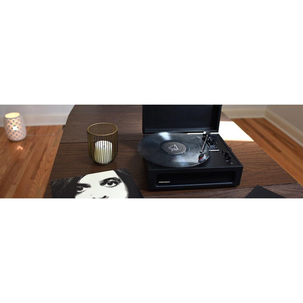 Проигрыватель виниловых пластинок Crosley Voyager CR8017A-BK в интерьере - фото 1