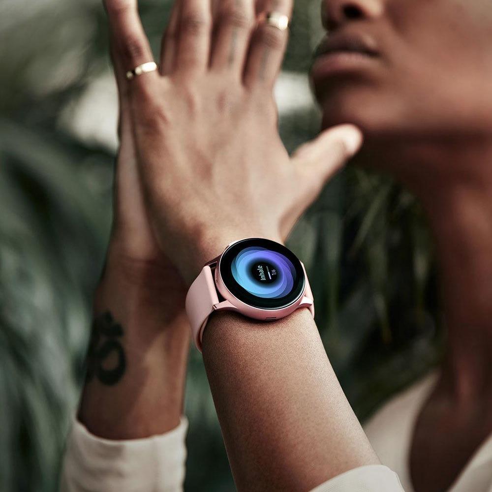 Смарт-часы Samsung Galaxy Watch Active2 40 мм золото в интерьере - фото 1