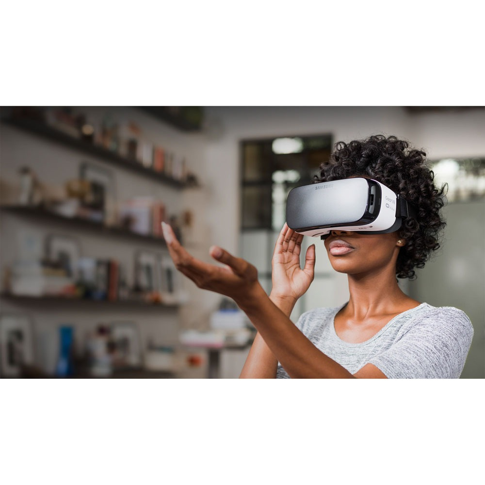 Очки виртуальной реальности Samsung Gear VR SM-R322 black-white в интерьере - фото 1
