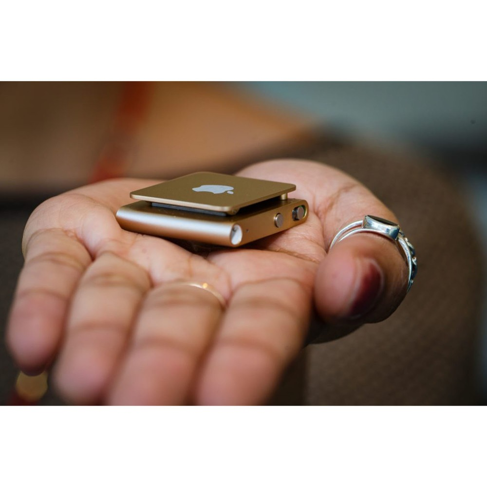 MP3-плеер Apple iPod Shuffle 2GB Gold в интерьере - фото 1