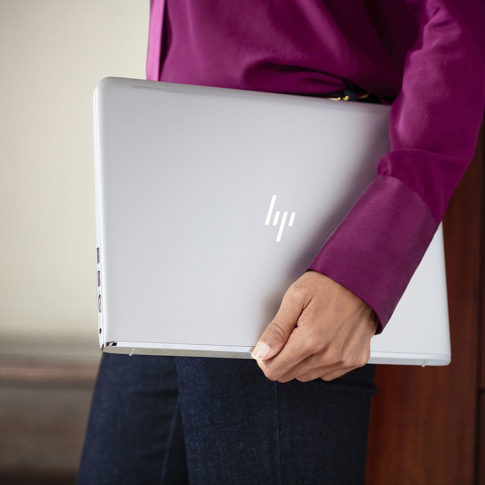 Ноутбук HP Envy 13-ab002ur Natural Silver (Y5V36EA) в интерьере - фото 2